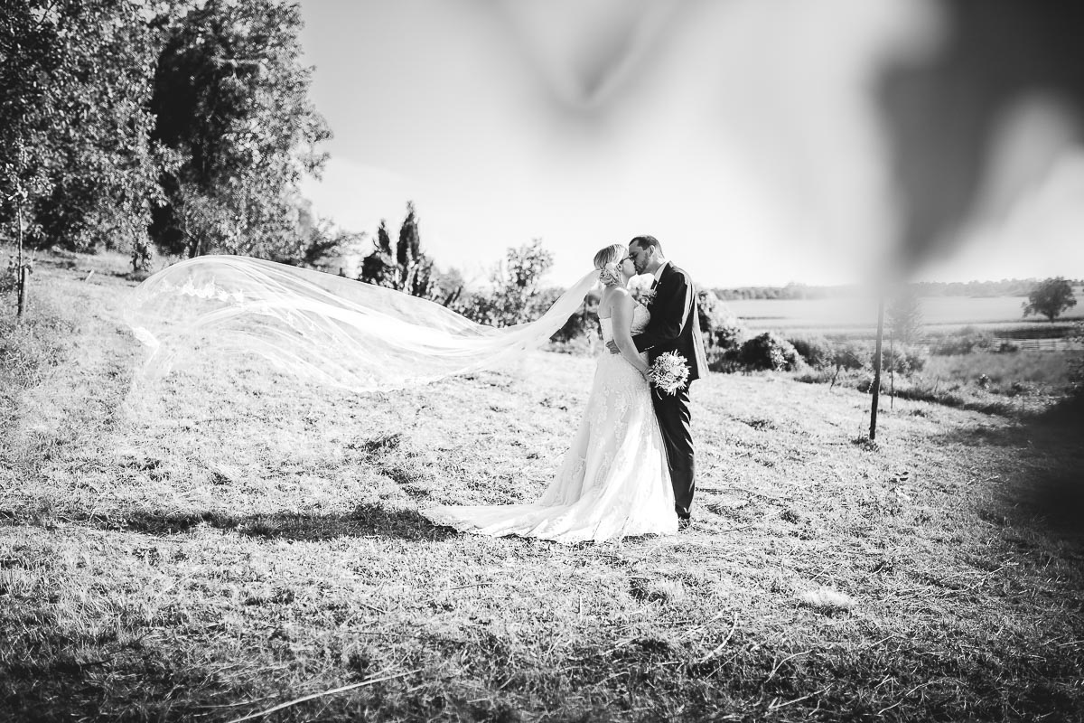 Hochzeitsfotograf Dominik Sackmann - lichtwerk Foto Video Grafik - Freiburg, Kirchzarten, Dreisamtal - Hochzeit Rimsingen Brautpaar Brautkleid Kuss